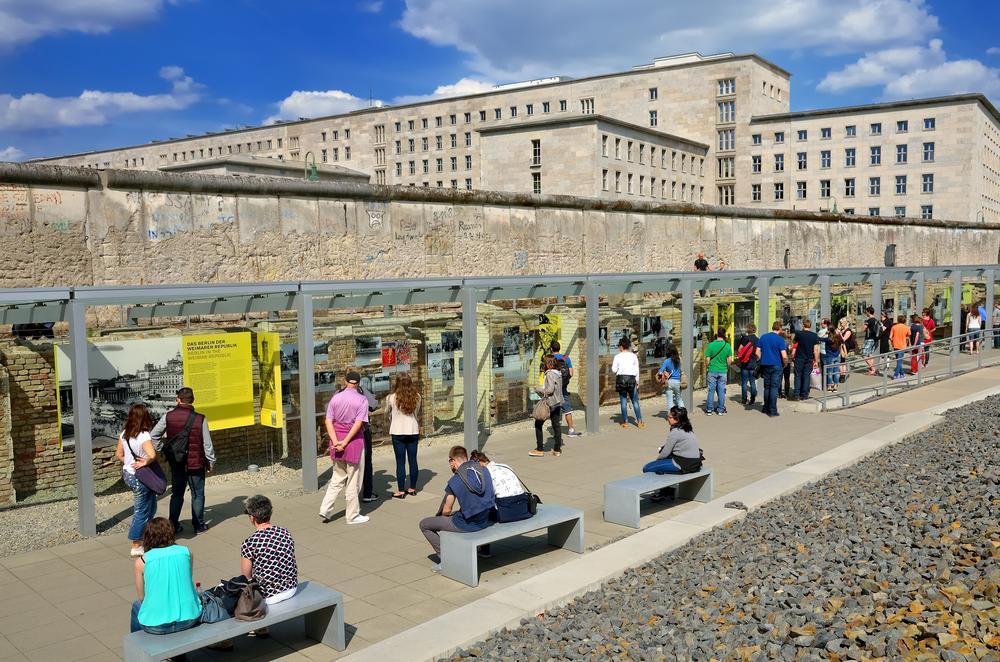 """Besucher in der Open-Air-Ausstellung """"Topographie des Terrors"""" in Berlin"""