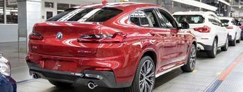BMW-Limousinen in Rot und Weiß von schräg hinten aufgenommen.