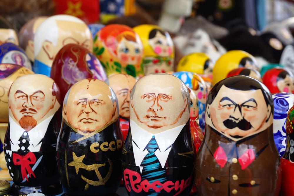 Matroschkas mit den Köpfen von Lenin, Gorbatschow, Putin und Stalin drauf im Vordergrund, vor weiteren, die nicht genau zu erkennen sind.