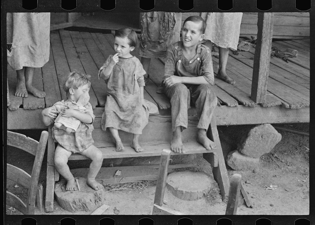 Drei Kinder der Familie Tengle in Schwarzweiß fotografiert von Walker Evans 1936