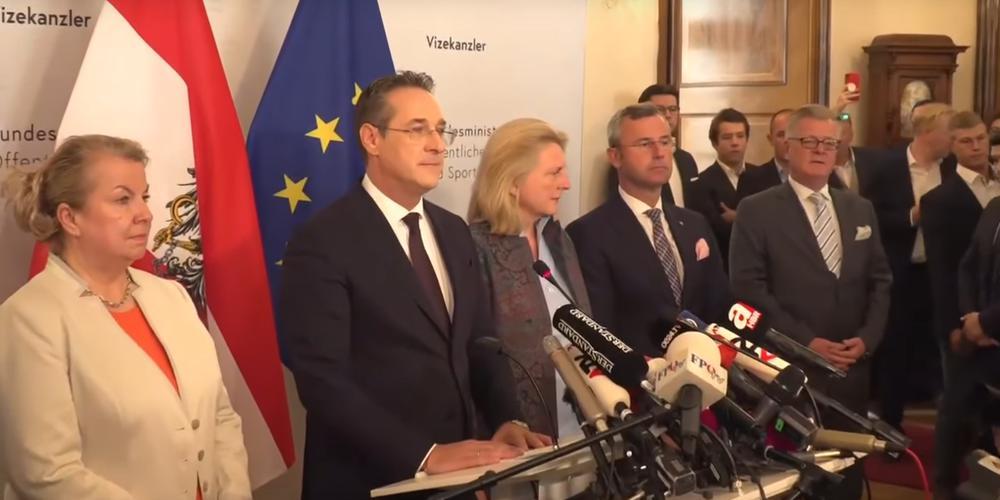 Heinz-Christian Strache erklärt seinen Rücktritt vor der Presse. Hinter ihm stehen führende Politiker der FPÖ.