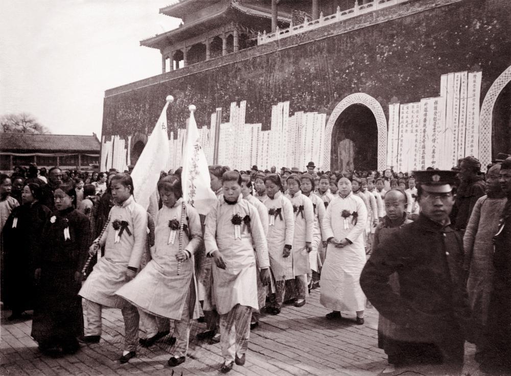 Chinesische Suffrageten protestieren 1919 gegen das feudale Regime.