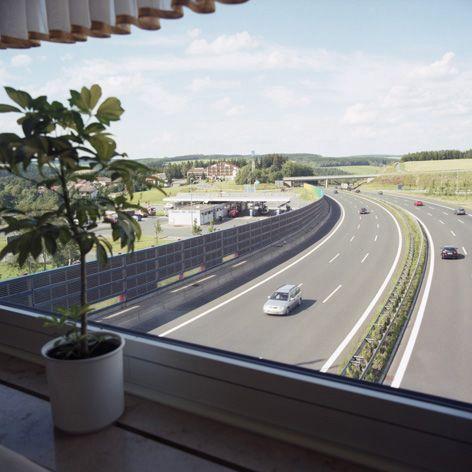 Autobahn von oben aus einem Fenster aufgenommen.