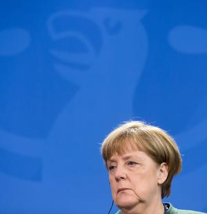 Angela Merkel blickt grimmig.