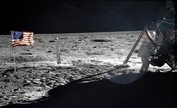 Der Astronaut Neil Armstrong bei der Arbeit auf dem Mond