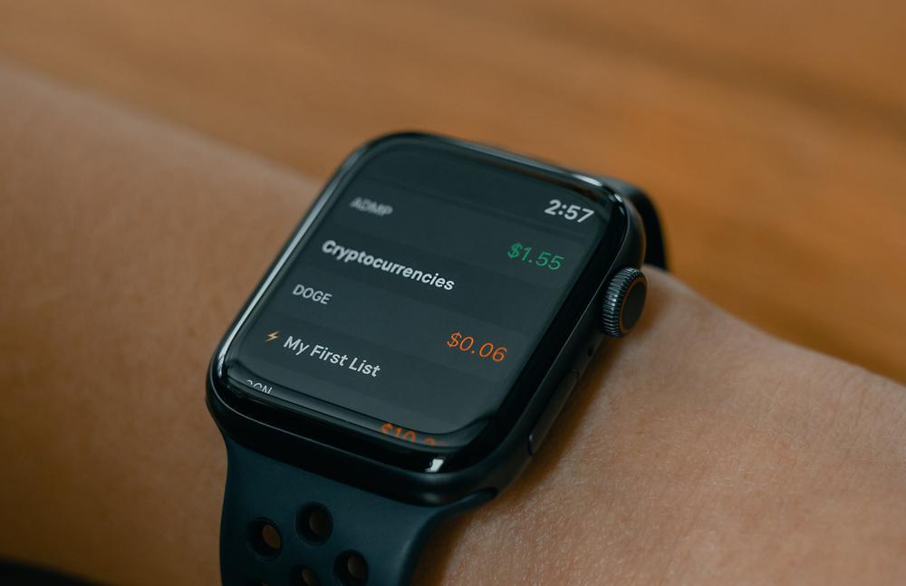 Eine Smartwatch mit der Anzeige des Kurses einer Kryptowährung.