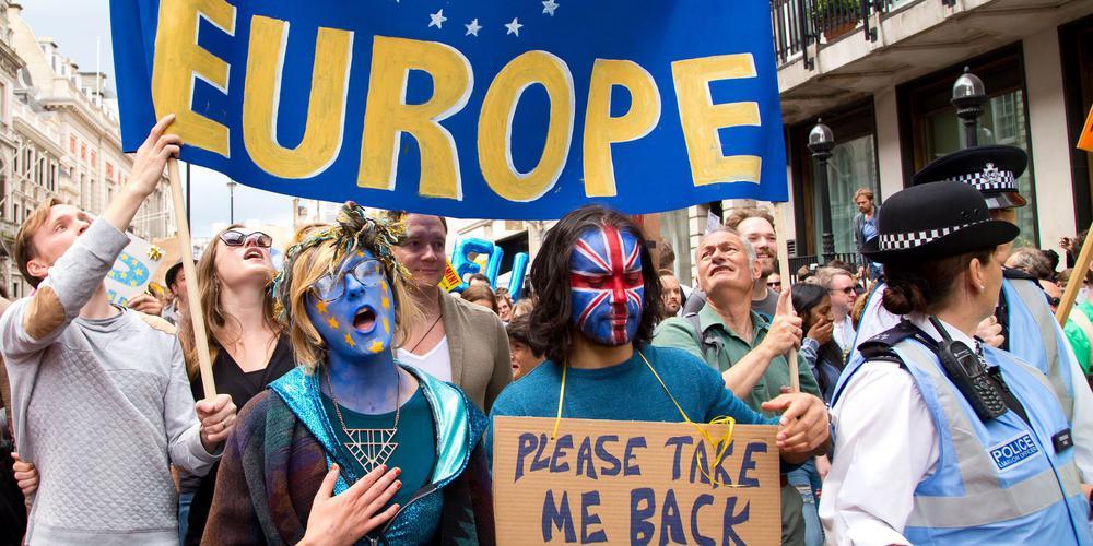 Protest gegen den Brexit in London mit einem blauen Transparent, auf dem steht: March for Europe.
