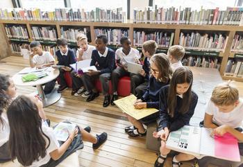 Schüler sitzen in einer Arbeitsgruppe zusammen.