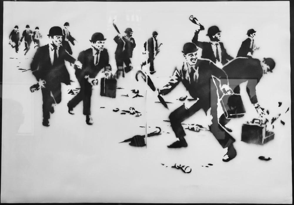 Zeichnung von Banksy mit Männern in Anzügen und Melonenhüten, die randalieren und Molotow-Cocktails werfen.