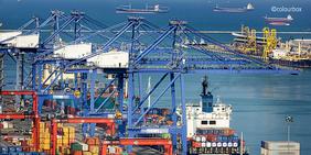 Hafen mit Containerverladestation.