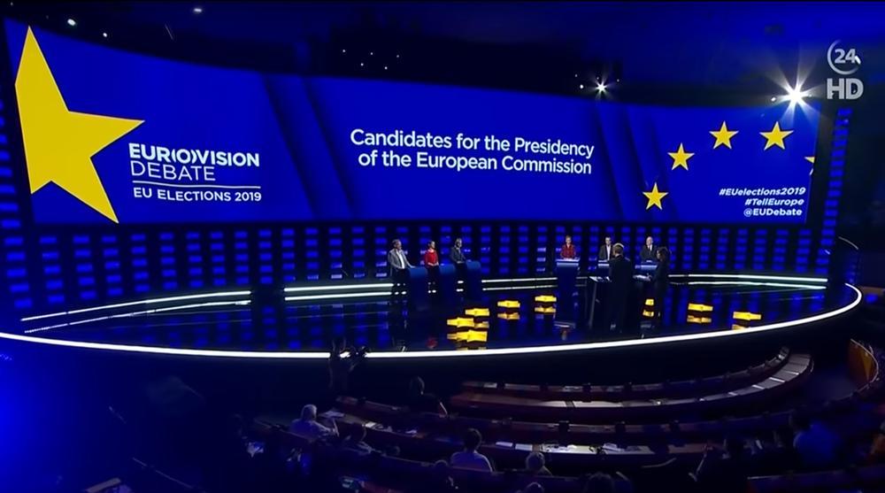 Große blaue Bühne mit den EU-Spitzenkandidaten hinter Pulten bei der TV-Debatte zur Europa-Wahl.