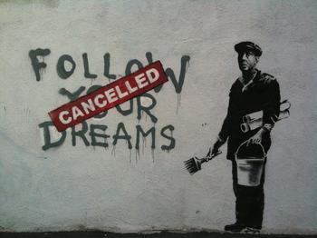 """Wandgemälde von Banksy mit den Worten in schwarzer Farbe """"Follow your dreams"""", die durchgestrichen sind mit dem rot geschriebenen Wort """"Canceled"""""""