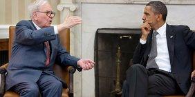 Warren Buffett und Barack Obama sitzen auf Sesseln im Oval Office und unterhalten sich.