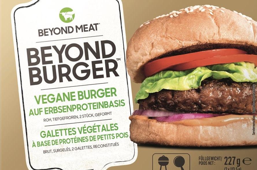 """Ein Bild von einem veganen Hamburger auf einer Packung von """"Beyond Burger""""."""