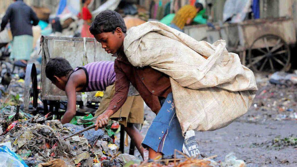 Kinder sortieren Müll und tragen Säcke auf dem Rücken.