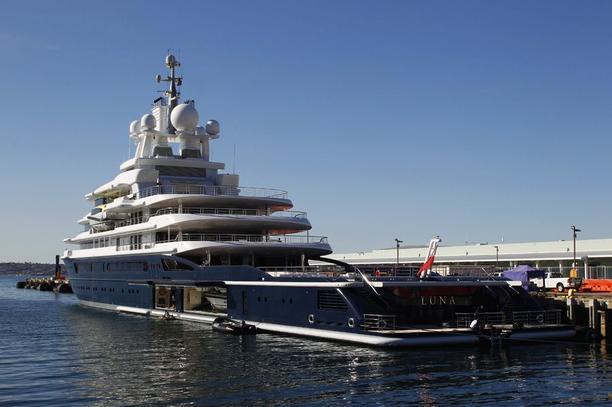 Die riesige Yacht Luna