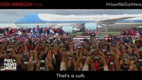 Im Hintergrund steht der Jumbo des US-Präsidenten, auf der Air Force One steht. Davor sind Hunderte Menschen zu sehen, die ihre Handys hochhalten, um ein Bild davon zu machen.
