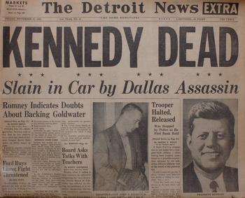 Zeitung mit der Meldung von John F. Kennedys Ermordung