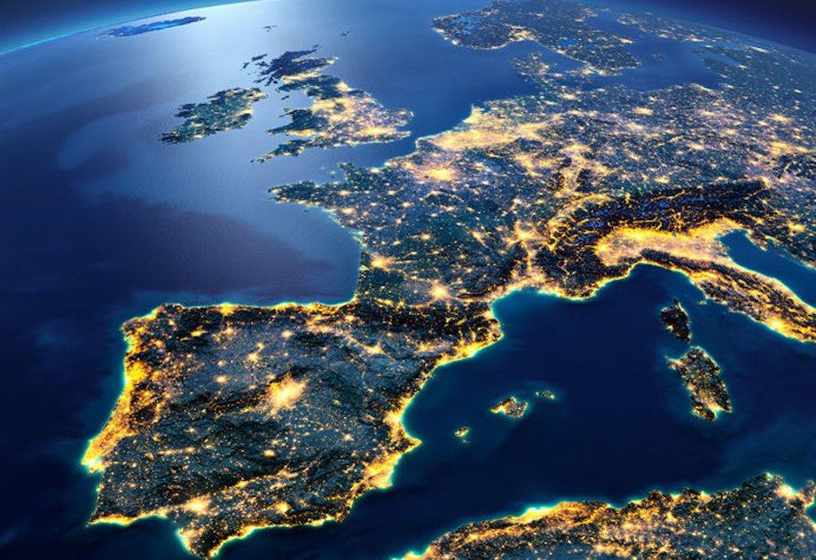 Europa von oben mit Blick vom Atlantik Richtung Osten. Die Lichter zeigen, wo Metropolen sind.