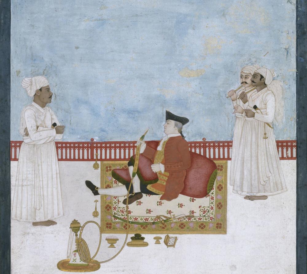 Historisches Gemälde aus dem 18. Jahrhundert. Es stellt einen Briten in zeitgenössischer Kleidung, der auf dem Boden sitzt und Wasserpfeife raucht, während drei indische Diener um ihn herumstehen.