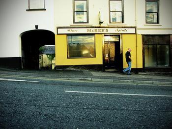 McKee's kleine Bar in einem gelben Haus an einer Straße in Dungannon in Nordirland.