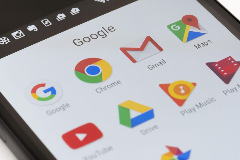 Mobiltelefon mit zahlreichen Google-Apps wie Gmail, Gmaps, Chrome oder Youtube.
