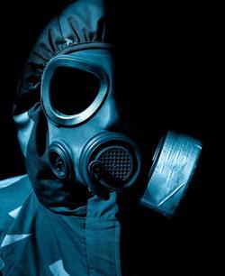 Mann in Schutzanzug mit Gasmaske