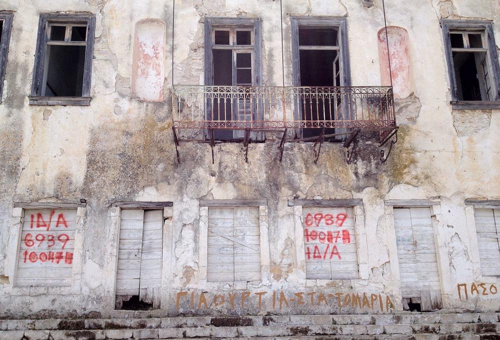 Ein verfallendes Haus in Griechenland.