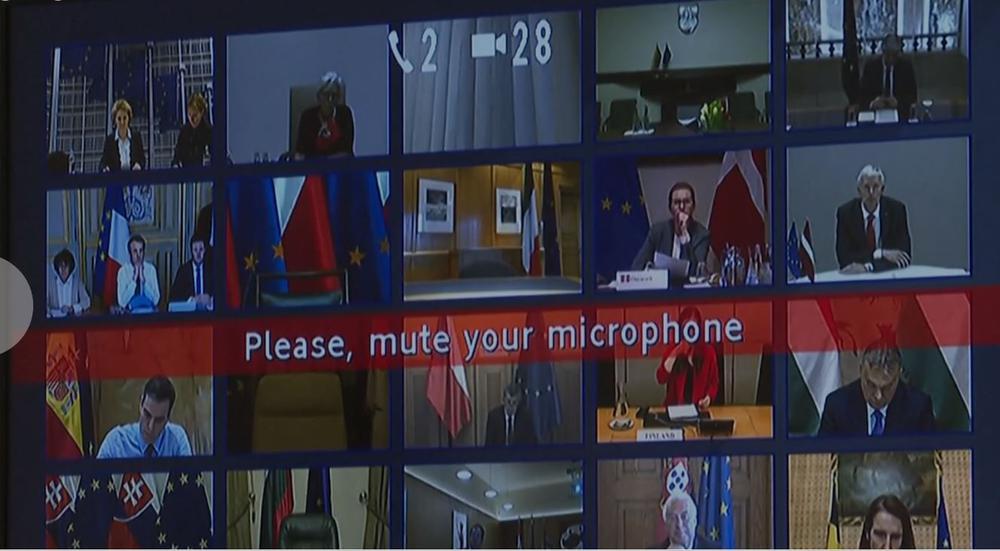 Bildschirm mit vielen kleinen Bildern von Teilnehmern einer Videokonferenz.