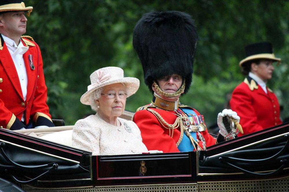 Königin Elizabeth II. und Prinz Philip in einer herrschaftlichen Kutsche.