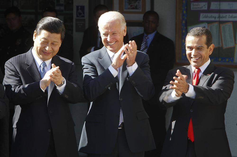 Joe Biden und Xi Jinping stehen nebeneinander und applaudieren