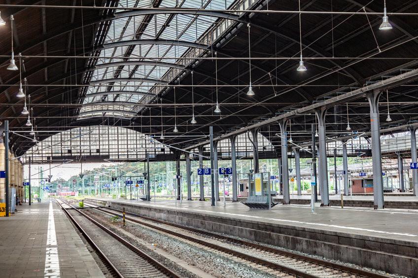 Eine leere Bahnhofshalle, ohne Züge und ohne Menschen.