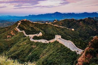 Die chinesische Mauer schlängelt sich über einen Bergrücken.
