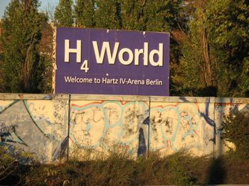 Blaues Schild mit der Aufschrift Hartz IV World