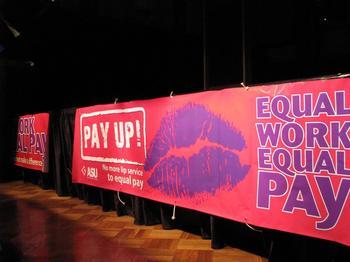 Transparant auf Englisch, das gleiche Bezahlung für gleiche Arbeit für Frauen fordert.