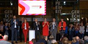 Auf der Bühne im Willy-Brandt-Haus stehen, von links nach rechts: Lars Klingbeil, Malu Dreyer, Olaf Scholz, Klara Geywitz, Norbert Walter-Borjans und Saskia Esken.
