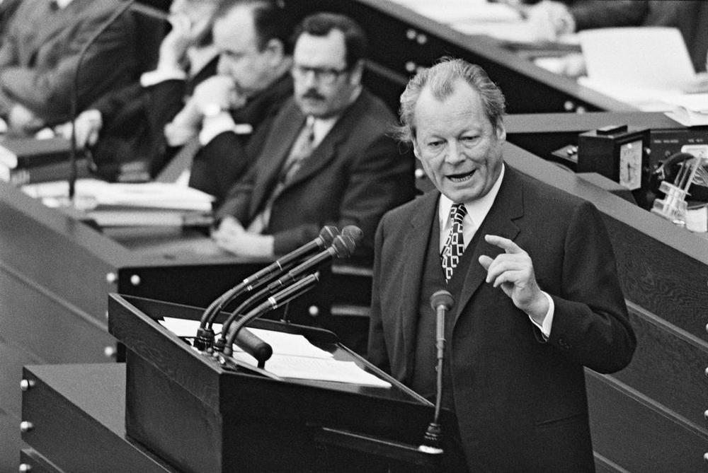Willy Brandt am Rednerpult im Bundestag in Bonn, Bild in Schwarzweiß.
