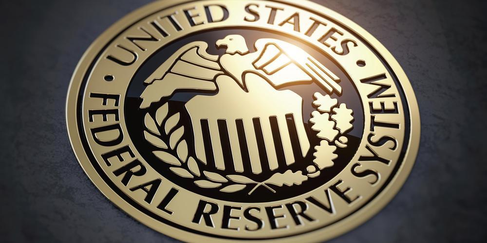Wappen der US-Notenbank mit der Aufschrift United States Federal Reserve im Kreis, darin ein stilisierter Adler auf einer tempelartigen Gebäudefront.