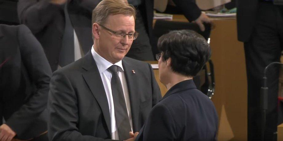 Bodo Ramelow und Christine Lieberknecht reichen sich im Parlament die Hand.