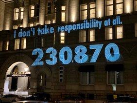 Front des Trump-Hotels in Washington mit der aktuellen Zahl der Corona-Toten in den USA: 230.000.