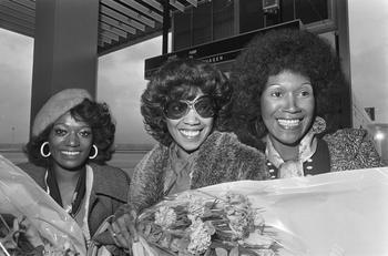 Die Pointer Sisters kommen am Flughafen in Amsterdam an.