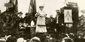 Rosa Luxemburg auf einer Veranstaltung.