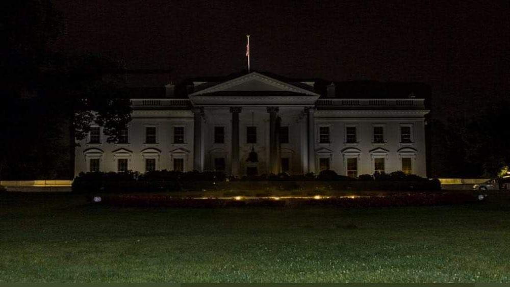 Das Weiße Haus in Washington liegt im Dunkeln.