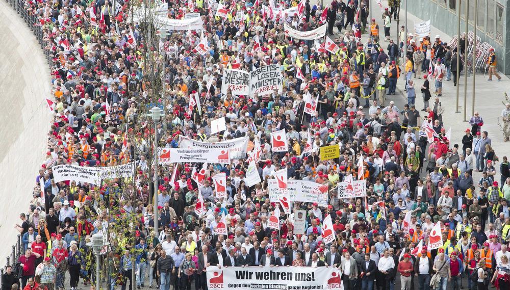 """Demonstration der Industriegewerkschaft Bergbau, Energie, Chemie mit einem Transparent im Vordergrund """"Wir wehren uns""""."""