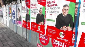 Wahlplakate an einer Hauswand.