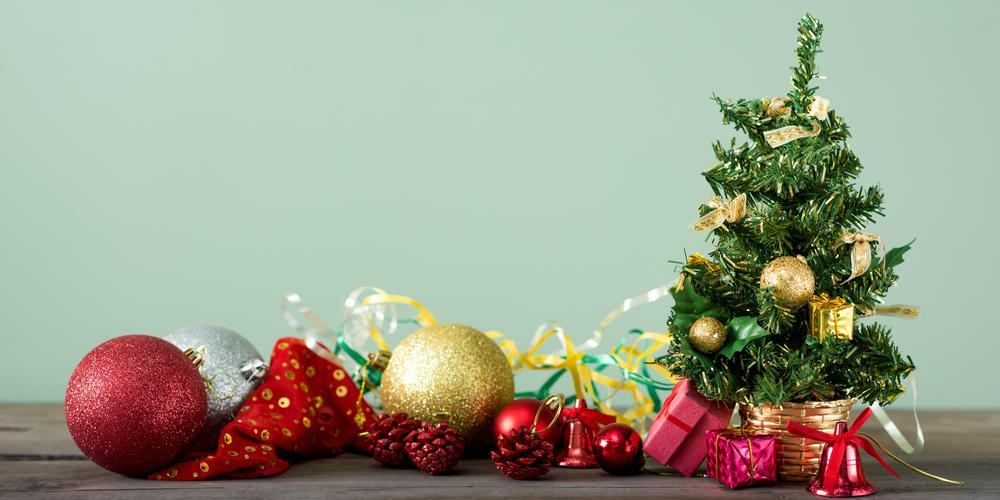 Weihnachtsbäumchen mit Deko daneben.