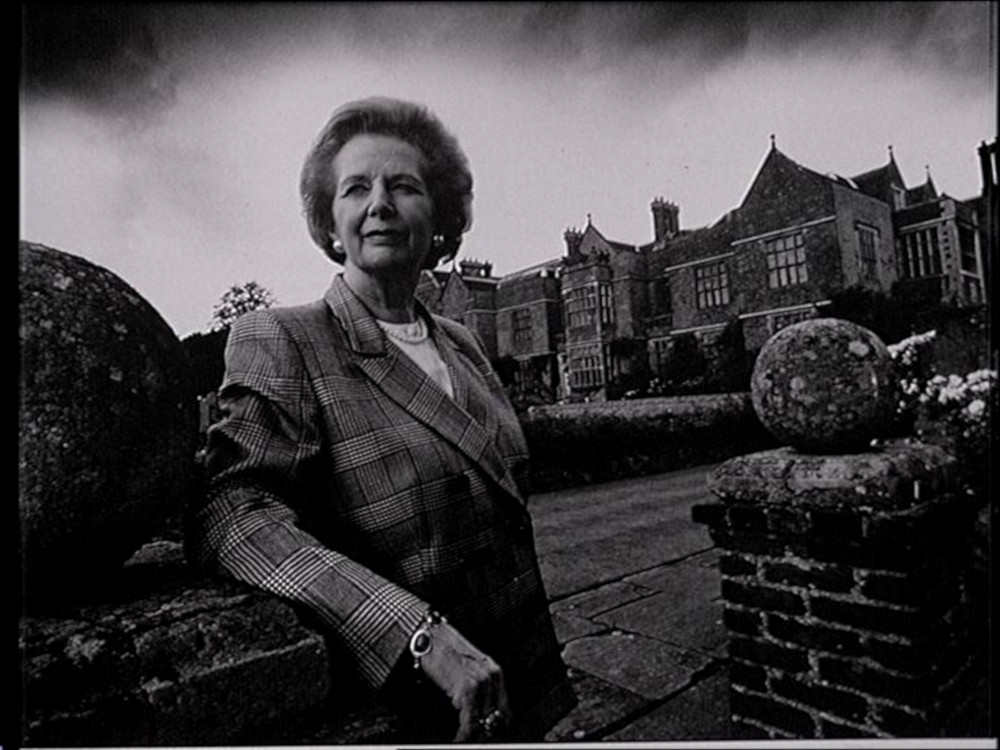 Margaret Thatcher steht am Eingang des Landsitzes Chequers.