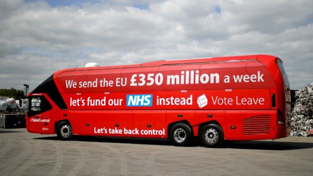 Ein roter Bus mit der Aufschrift (übersetzt): Wir senden jede Woche 350 Millionen nach Brüssel. Lasst uns lieber unser Gesundheitssystem unterstützen.