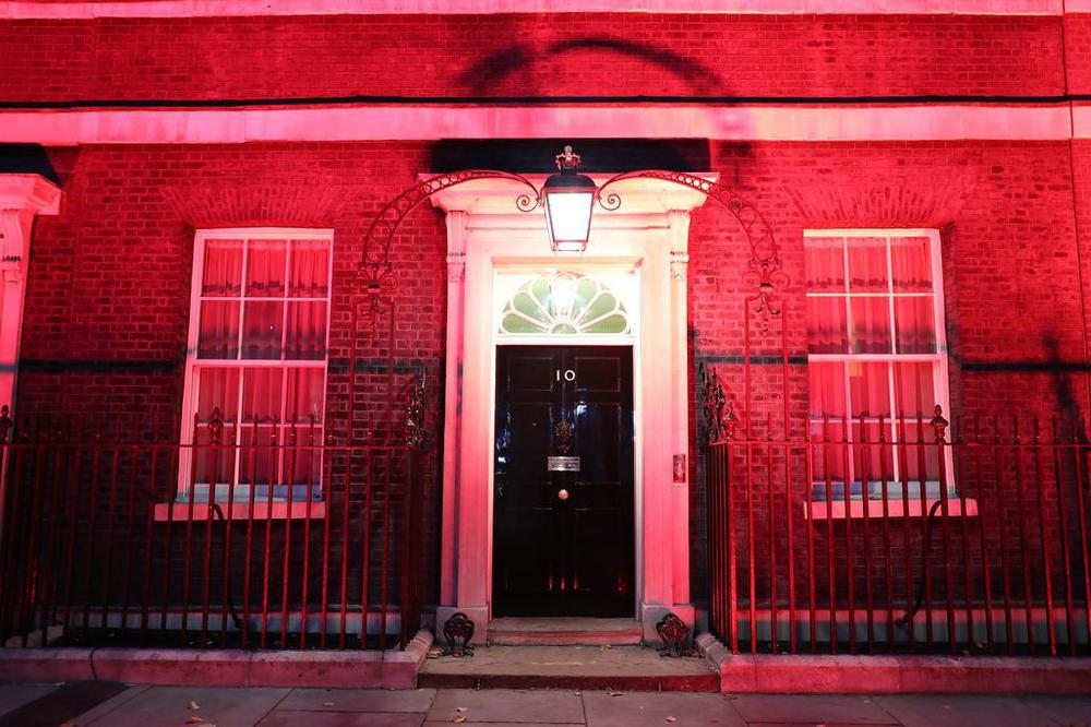 Der Eingang zu Downing Street Number 10, dem Sitz der Premierministerin, getaucht in rotes Licht.