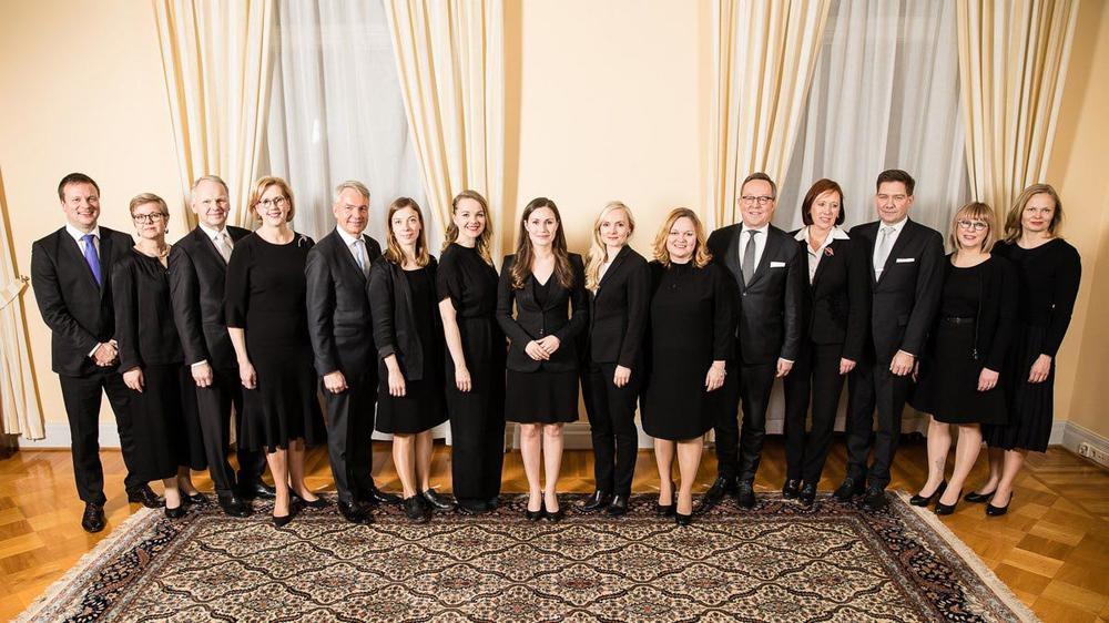 Die Ministerinnen und Minister der finnischen Regierung stehen nebeneinander aufgereiht zum Gruppenfoto